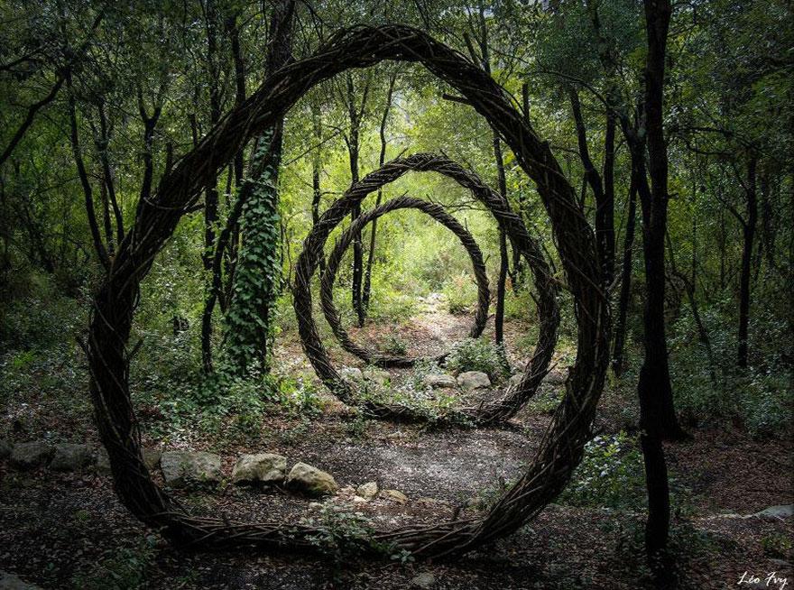 Скульптуры в лесу